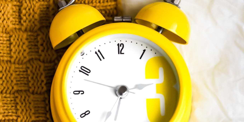 ceas desteptator cu clopotel de culoare galbena